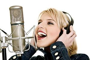 la ragazza canta nel microfono