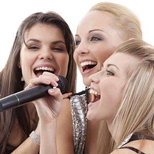 le ragazze cantano nel microfono