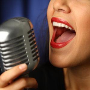 imparando a cantare in un microfono