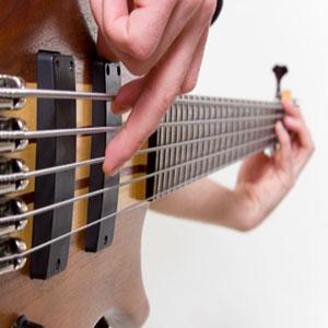 suonare ill bassi con le dita