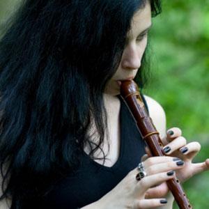 ragazza che suona il flauto dolce