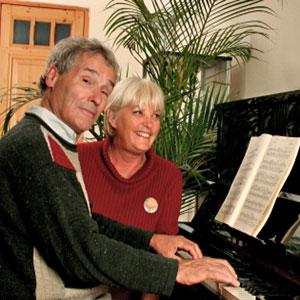 i nonni suonano il piano