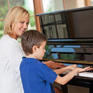 la mamma impara a suonare il piano