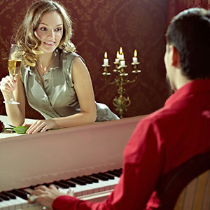 il marito insegna alla moglie a suonare il pianoforte