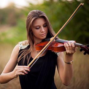 la signora sta imparando a suonare il violino