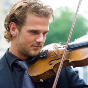 il ragazzo impara a suonare il violino