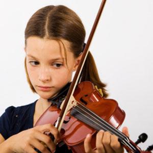 la ragazza impara a suonare il violino