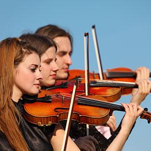 trio che suona il violino