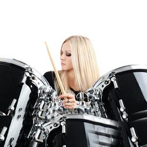 la ragazza sta imparando a suonare il tamburo