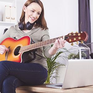 una donna impara a suonare la chitarra