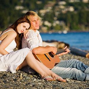 suonare la chitarra in mare
