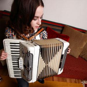 l'iniziale impara a suonare la fisarmonica