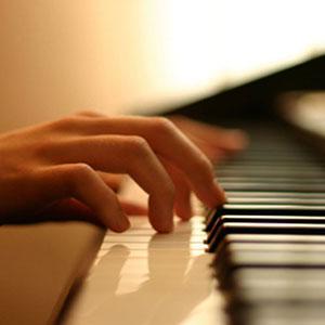 suonare il pianoforte a scuola di musica a distanza