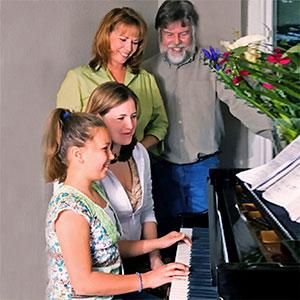 la famiglia suona il piano