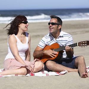 suonare la chitarra sulla spiaggia