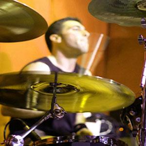 un batterista di una scuola di musica a distanza