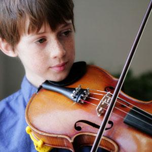 il ragazzo suona il violino per note
