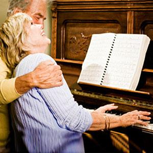 marito e moglie suonano il piano