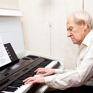 il pensionato suona il piano