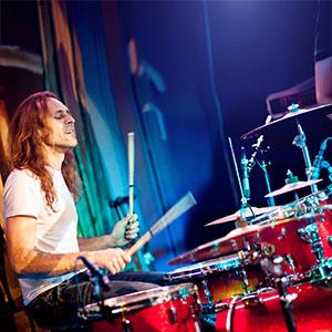il ragazzo suona la batteria