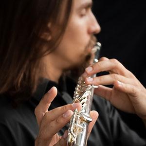 il ragazzo suona il flauto