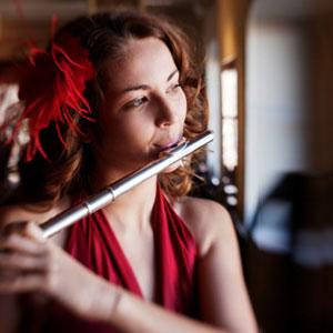la ragazza suona il flauto traverso