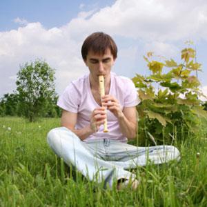 il ragazzo suona il flauto dolce